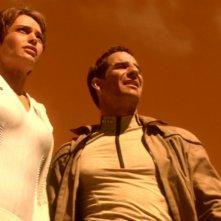 Jolene Blalock insieme a Scott Bakula si prepara ad attraversare un deserto infuocato nell'episodio 'La fornace' della serie tv Enterprise