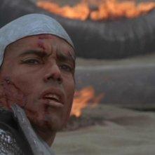Peter Williams nel ruolo dell'arcinemico dell'SG-1, il Goa'uld Apophis, che in questa scena chiede asilo ai suoi antagonisti, nell'episodio 'Il canto del serpente' della serie Stargate SG-1
