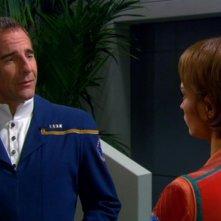 Scott Bakula e Jolene Blalock nella scena finale dell'ultimo episodio della serie Enterprise: Federazione prossima frontiera