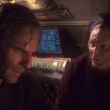 Scott Bakula insieme a Randy Oglesby che interpreta Degra nella serie tv Enterprise, episodio: Lo stratagemma.