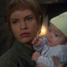 T'Pol, interpretata da Jolene Blalock, tiene tra le braccia la bambina 'prodotta' dal suo dna e quello di Trip nell'episodio 'Lotta per la Terra' della serie Enterprise