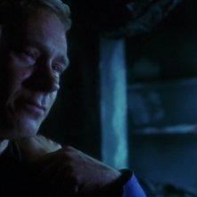 Un intenso primo piano di Connor Trinneer mentre viene confortato da Jolene Blalock nell'episodio 'I dimenticati' della serie Enterprise