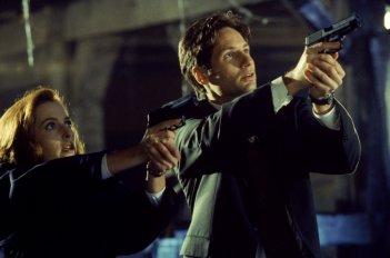 David Duchovny e Gillian Anderson in una scena di tensione di X-Files