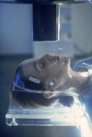 Gillian Anderson in una scena di X-Files