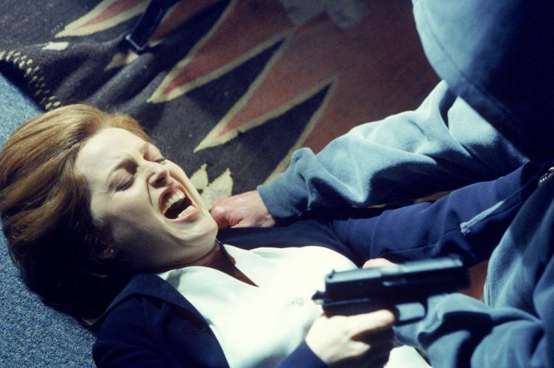Gillian Anderson nell'episodio Milagro di X-Files
