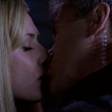 I personagigo di Amanda Tapping e Richard Dean Anderson si dicono addio con un bacio nell'episodio 'Punto di vista' della serie Stargate SG-1