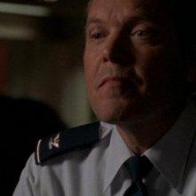 Il Colonnello Maybourne, interpretato da Tom McBeath, tenta di trascinare O'Neill nella sua rete di illegalità nell'episodio 'Ombre di grigio' della serie Stargate SG-1