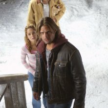 Josh Holloway in una sequenza del film Whisper - Il respiro del diavolo. Alle sue spalle Sarah Wayne Callies e Joel Edgerton