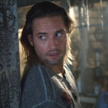 Josh Holloway in una sequenza di Whisper - Il respiro del diavolo