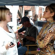 La regista Diane English ed Eva Mendes sul set del film The Women