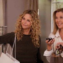 Meg Ryan e Annette Bening in una scena del film The Women