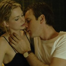 Michelle Williams e Ewan McGregor in una scena del film Sex List - Omicidio a tre