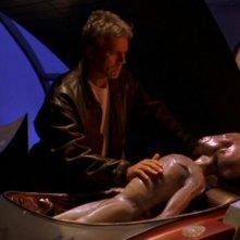 Richard Dean Anderson nel ruolo di Jack O'Neill mentre assiste il povero Thor in fin di vita nell'episodio ' Nemesi' della serie Stargate SG-1