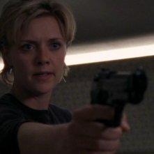 Sam, interpretata da Amanda Tapping, non sa più di chi fidarsi  e punta la pistola contro i suoi amici nell'episodio 'Base d'appoggio' della serie Stargate SG-1