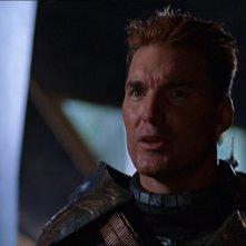 Sam J. Jones interpreta il cacciatore di taglie Aris Boch che cattura l'SG-1 nell'episodio 'Cacciatore di taglie' della serie Stargate SG-1