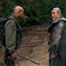 Teal'c e Brat'ac, interpretati rispettivamente da Christopher Judge e Tony Amendola, ispezionano il terreno alla ricerca di tracce nell'episodio 'Istinto materno' della serie Stargate SG-1