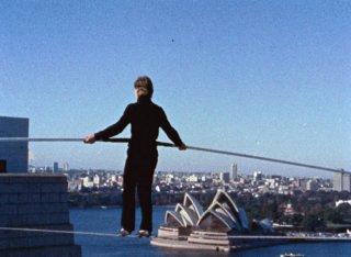 Philippe Petit in un'immagine del documentario Man on Wire