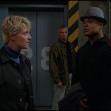 Amanda Tapping, Christopher Judge e Richard Dean Anderson: l'SG-1 al termine di una missione nell'episodio 'Rivelazioni' della serie Stargate SG-1