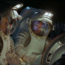 Christopher Judge e Richard Dean Anderson mentre tentano di disinnescare una testata nucleare su un asterodie ripieno di naquadah nell'episodio 'Limite di sicurezza' della serie Stargate SG-1
