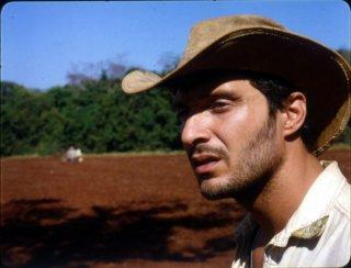 Claudio Santamaria in una scena del film La terra degli uomini rossi - Birdwatchers