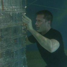 Corin Nemec interpreta Jonas mentre sta cercando di bypassare i controlli di un'astronave Goa'uld in fondo al mare nell'episodio 'Conto alla rovescia' della serie Stargate SG-1