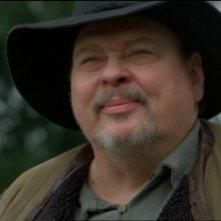 Larry Drake nel ruolo dell'ignobile mercante di schiavi Burrock, che cattura Chaka l'Unas amico di Daniel nell'episodio 'Bestia da soma' della serie Stargate SG-1