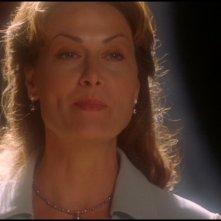Mel Harris interpreta Oma Desala che aiuta Daniel ad ascendere prima della sua morte nell'episodio 'Meridiano' della serie Stargate SG-1