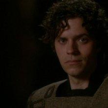Patrick Currie interpreta Fifth, il Replicante di forma umanoide che possiede sentimenti umani nella serie Stargate SG-1, episodio: Il tempo immobile