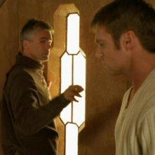 Richard Dean Anderson, nel ruolo di Jack O'Neill, riceve la visita di Daniel - Michael Shanks - mentre si trova nella fortezza di Ba'al nell'episodio 'L'abisso' della serie Stargate SG-1