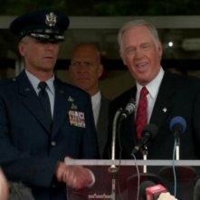 Ronny Cox e Richard Dean Anderson in una delle scene finali dell'episodio 'Fumo e specchi' della serie Stargate SG-1