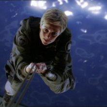 Sam Carter, cha ha il volto di Amanda Tapping, mentre sta scappando da una nave Aschen nell'episodio '2001' della serie Stargate SG-1
