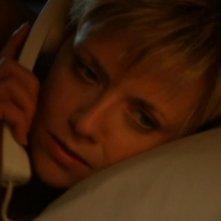 Sam, che ha il volto di Amanda Tapping, riceve un'inquietante telefonata notturna nell'episodio 'Passeggiatori notturni' della serie Stargate SG-1