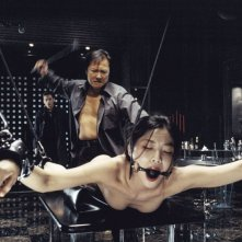 Benoît Magimel, Ryo Ishibashi e Lika Minamoto in una scena del film Inju, la bête dans l'ombre