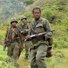 Brandon T. Jackson, Jay Baruchel e Robert Downey Jr. in una sequenza del film Tropic Thunder