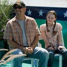 Kevin Costner e Madeline Carroll in una scena del film Swing Vote