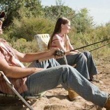 Kevin Costner e Madeline Carroll in una scena di Swing Vote