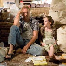Kevin Costner e Madeline Carroll in una sequenza del film Swing Vote
