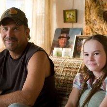 Kevin Costner e Madeline Carroll in una sequenza di Swing Vote