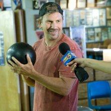 Kevin Costner interpreta Bud Johnson nel film Swing Vote