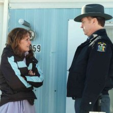 Melissa Leo e Michael O'Keefe in una scena del film Frozen River
