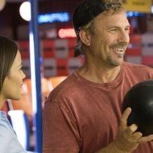 Paula Patton e Kevin Costner in una scena del film Swing Vote