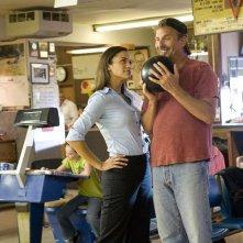 Paula Patton e Kevin Costner in una sequenza del film Swing Vote