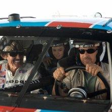 Richard Petty, Madeline Carroll e Kevin Costner in una scena di Swing Vote