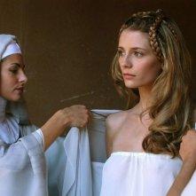 Silvia Colloca e Mischa Barton in una scena del film Decameron Pie