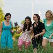 Alexis Bledel, America Ferrera, Amber Tamblyn e Blake Lively in una scena del film The Sisterhood of the Traveling Pants 2