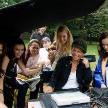 America Ferrera, Amber Tamblyn, Blake Lively, la regista Sanaa Hamri e Alexis Bledel sul set del film The Sisterhood of the Traveling Pants 2