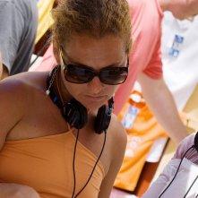 La regista Sanaa Hamri sul set del film The Sisterhood of the Traveling Pants 2