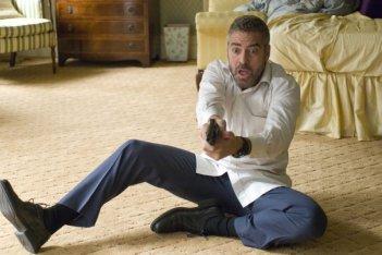 George Clooney in una scena del film Burn After Reading diretto dai fratelli Coen