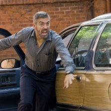 George Clooney in una sequenza del film Burn After Reading