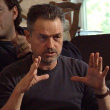 Il regista Jonathan Demme sul set del film Rachel Getting Married
